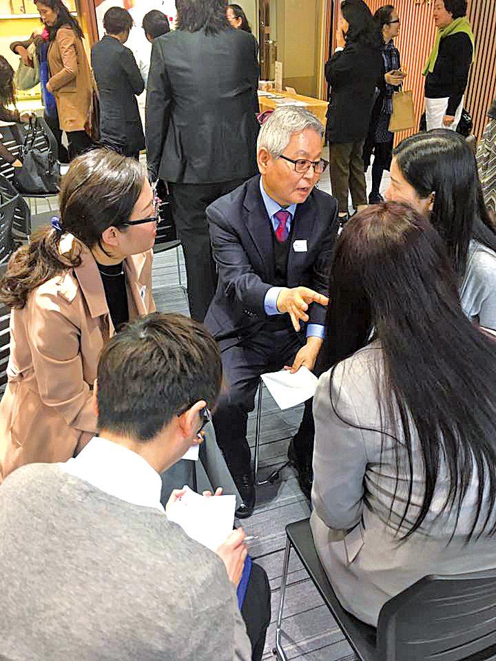 韓國活力肝老闆即場與香港買家洽談中國市場的合作。(攝影/余剛)