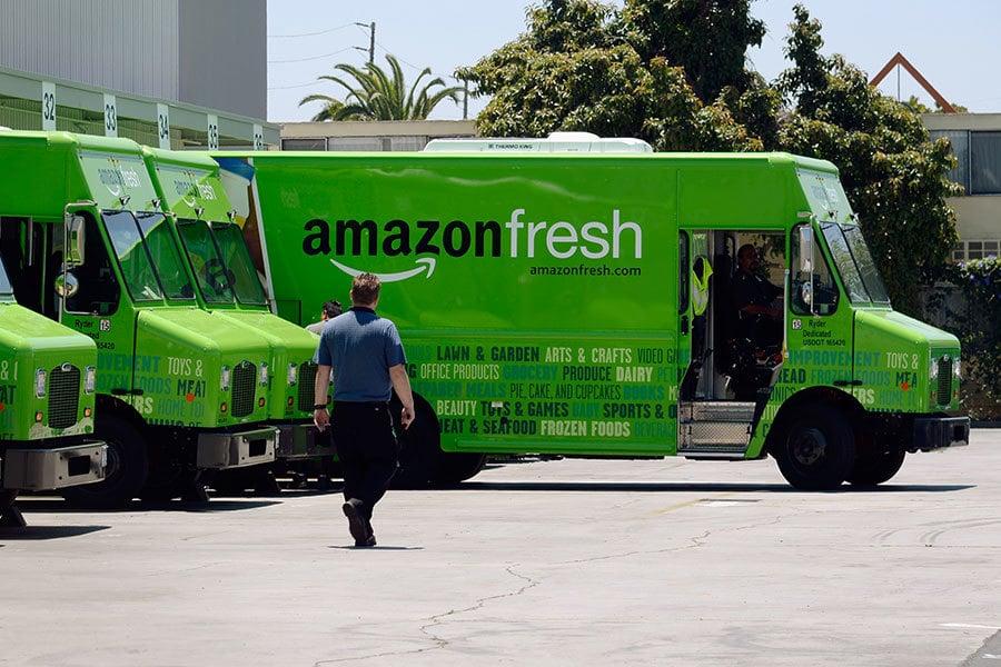 德國媒體報道,亞馬遜打算在德國開網上超市,4月首先在柏林開通。圖為美國「亞馬遜鮮貨」的送貨車。(Djansezian/Getty Images)
