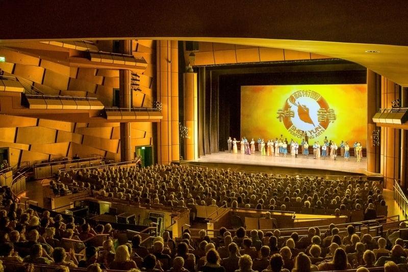 美國神韻國際藝術團3月21日和22日兩天在梅沙市池田劇院(lkeda Theater)上演的兩天三場演出,創下場場爆滿的票房佳績。(新唐人電視台)