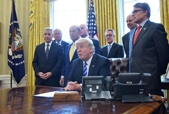 周五(3月24日),總統特朗普正式批准加拿大橫加公司(TransCanada)的Keystone XL pipeline項目,該項目歷經9年、三任總統終獲批。左一為該公司CEO Russell Girling。(MANDEL NGAN/AFP/Getty Images)