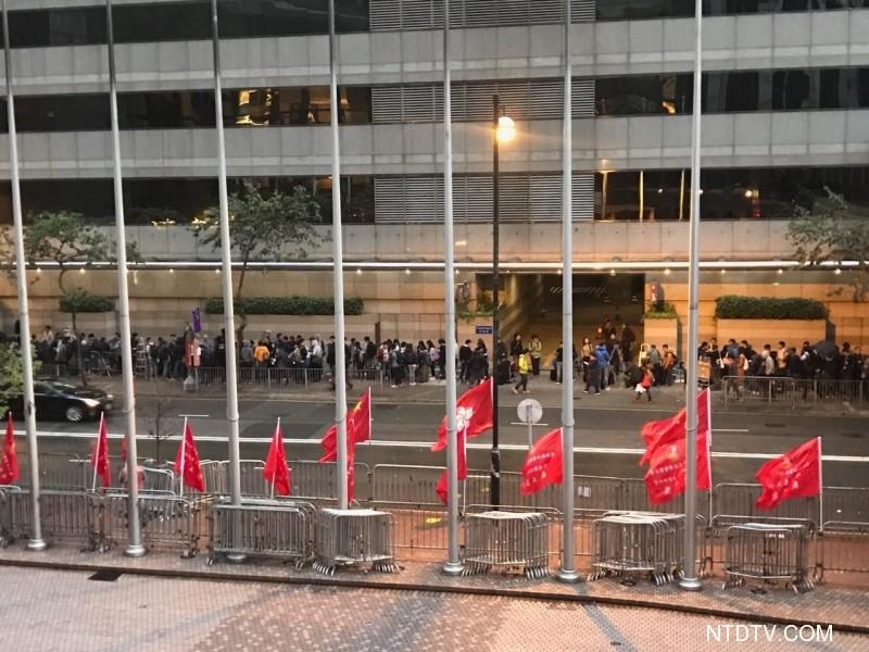 3月26日清晨6點之後,逾百媒體聚集會展中心的投票站排隊等候入場,隊伍超過50米。(新唐人電視台)