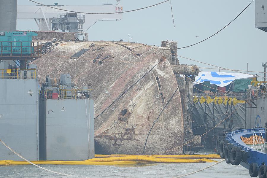 沉睡海底近三年「世越號」客輪完成打撈工作。圖為打撈上來的「世越號」。(newsis)