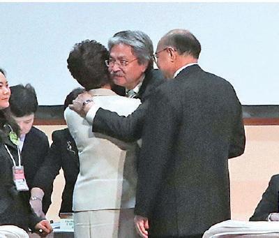 林鄭月娥獲777票當選後,另外兩位候選人向她致以祝賀。(李逸/大紀元)