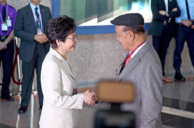 嘉華國際集團董事會主席和董事總經理呂志和與林鄭握手。(李逸/大紀元)