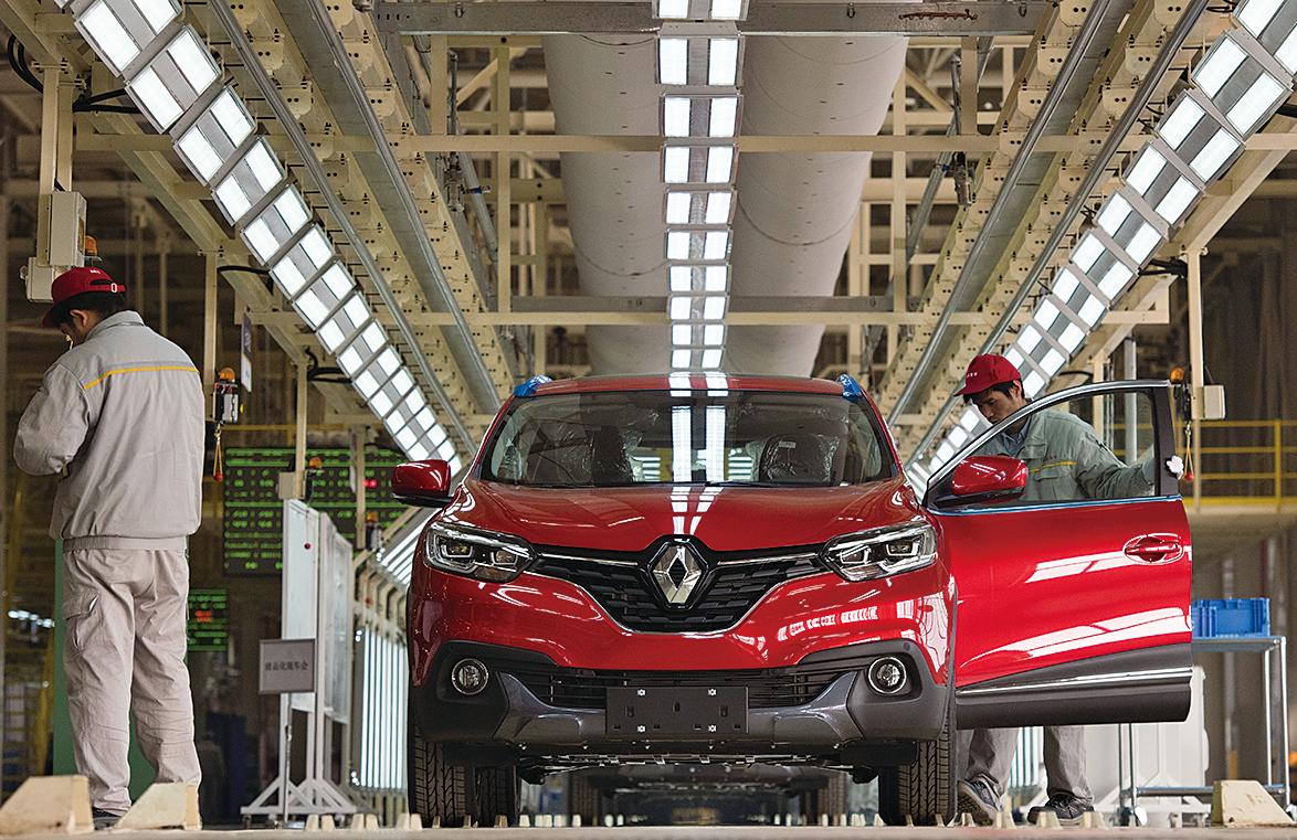 中國規定外國汽車廠商必須和本地業者合資從事營運銷售。圖為武漢法國雷諾和中國東風合資的Kadjar汽車組裝廠。(Getty Images)
