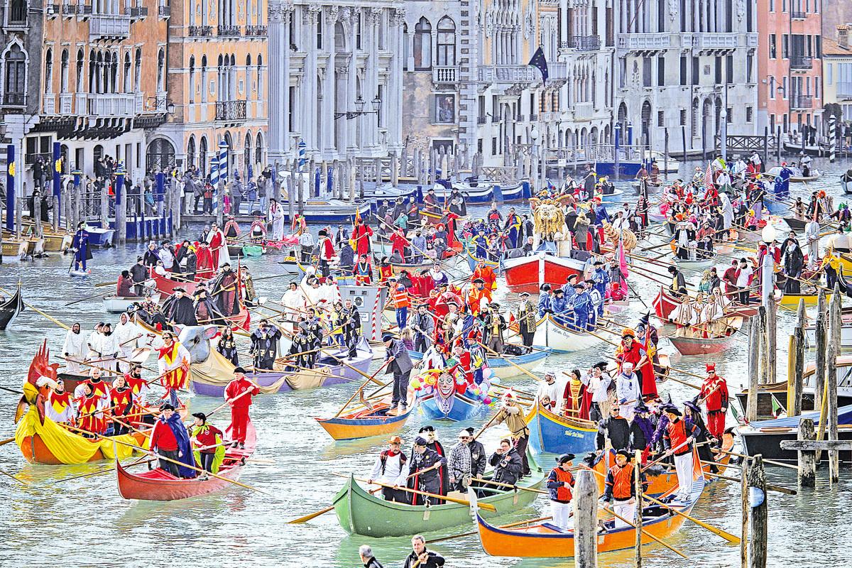 威尼斯嘉年華在大運河上舉行水上遊行。