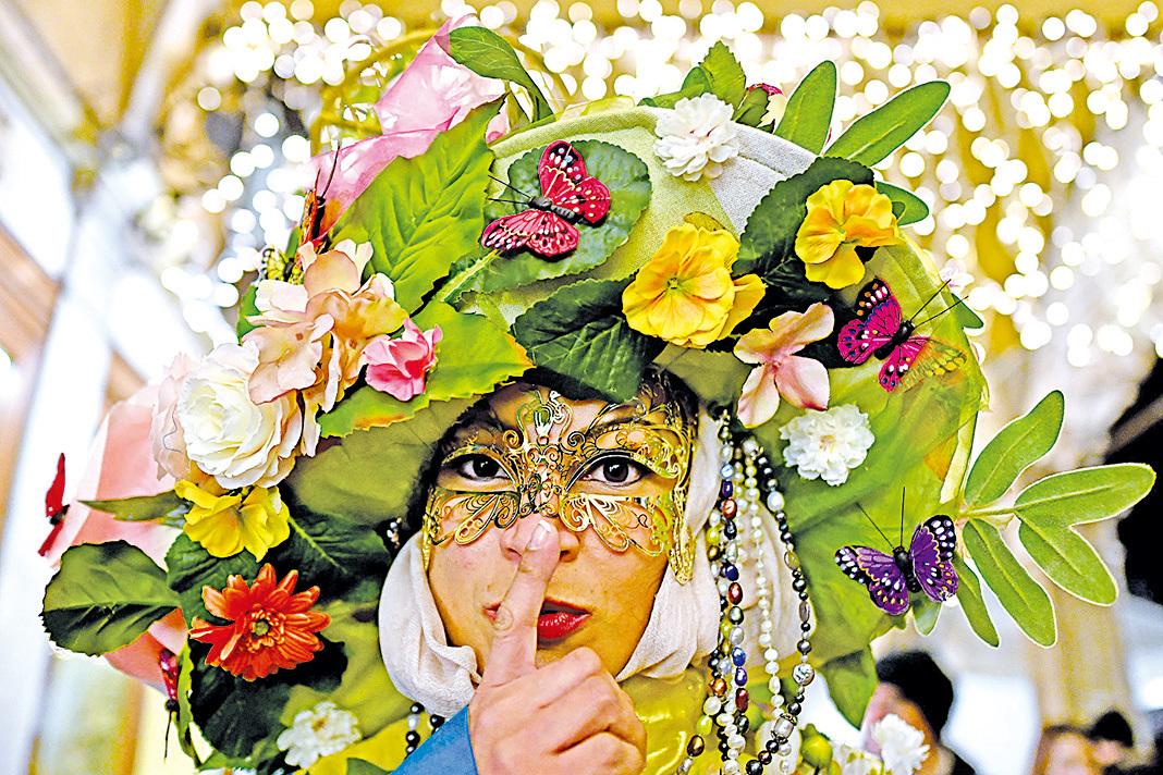 人們戴著面具穿著華服參與盛會。