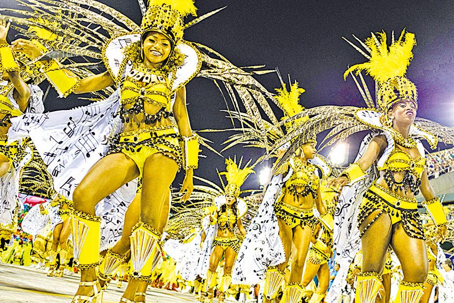 嘉年華活動中熱情、狂野的森巴舞表演。