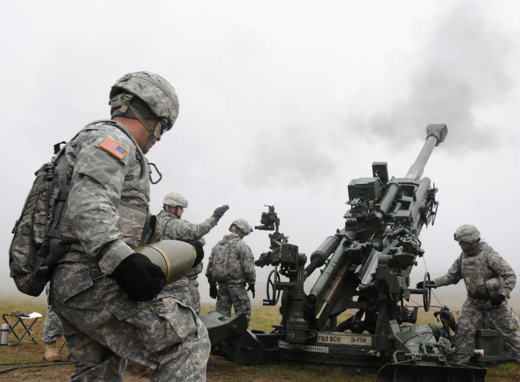 M-777榴彈砲可每分鐘發射兩發砲彈。(Flickr)