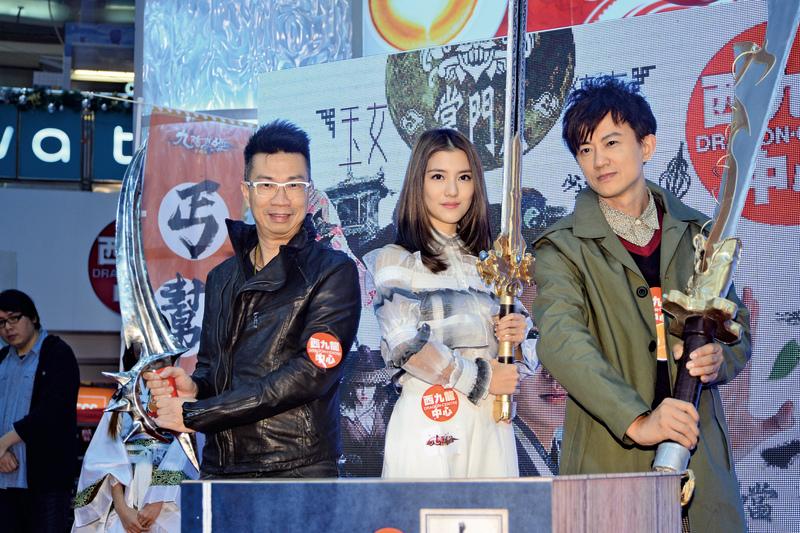 吳千語(中)和項明生(左一)出席手機遊戲活動。(宋祥龍/ 大紀元)