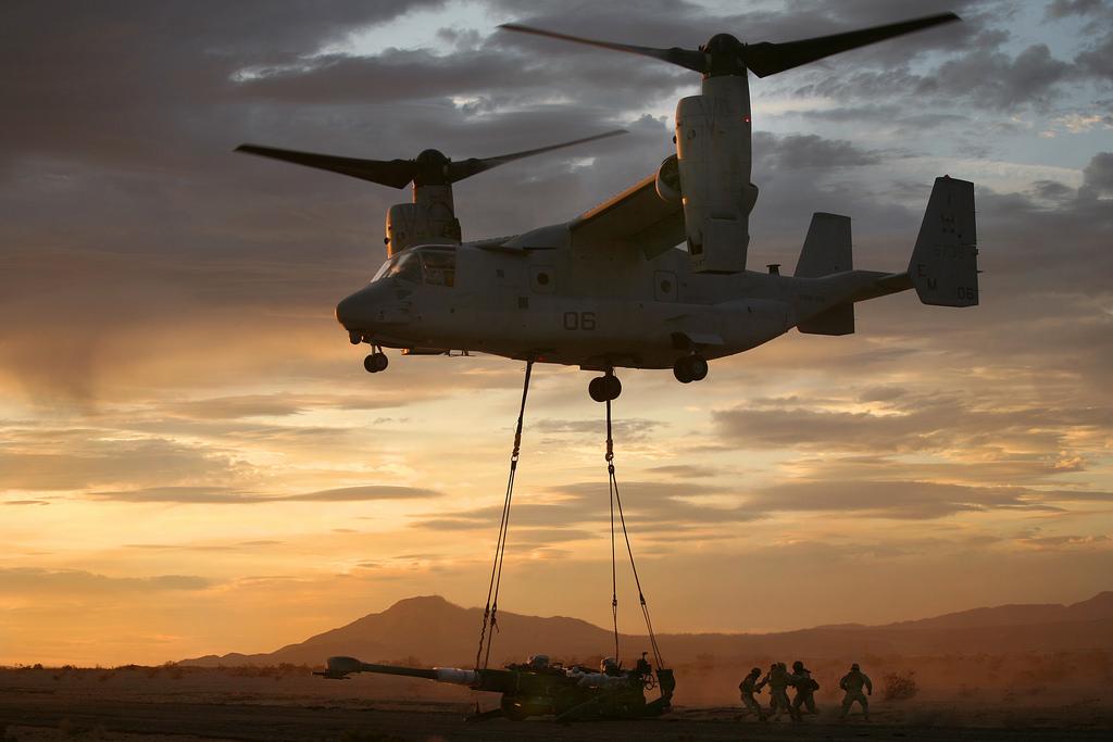 MV-22 魚鷹直升機(MV-22 Osprey)運輸M-777榴彈砲。(Flickr)