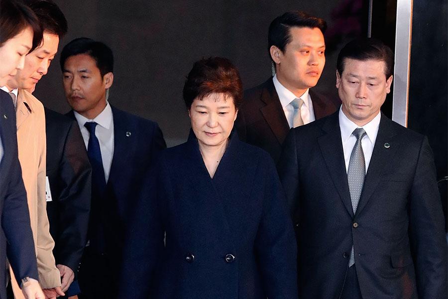 南韓檢方今天(27日)上午針前總統朴槿惠向首爾中央地方法院提請逮捕令。圖為朴槿惠3月21日首度接受檢方訊問。(Jeon Heon-Kyun-Pool/Getty Images)