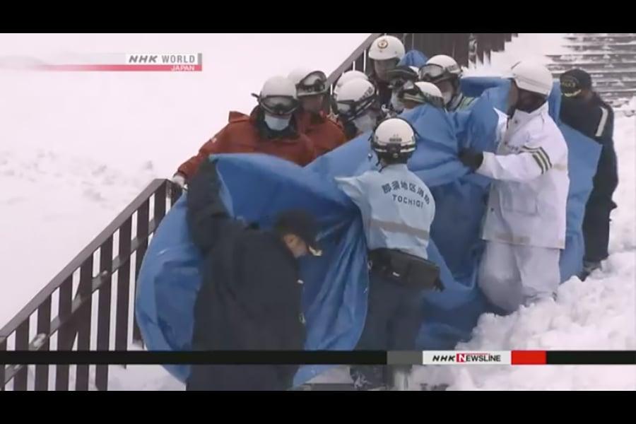 3月27日上午9時20分左右,位於栃木縣那須町的「那須溫泉家庭滑雪場」發生雪崩,造成至少6名學生死亡,1名教師和兩名學生受傷。圖為救援人員把遇難學生遺體抬下山。(NHK視像擷圖)