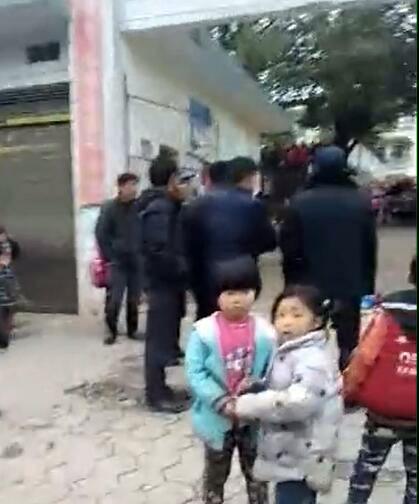 湖南隆回橫板橋小學門口,一小學生被刺現場。(志願者提供/自由亞洲電台)