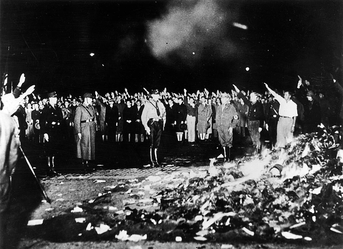 1933年5月,德國納粹士兵焚燒書籍。( Keystone / Getty)