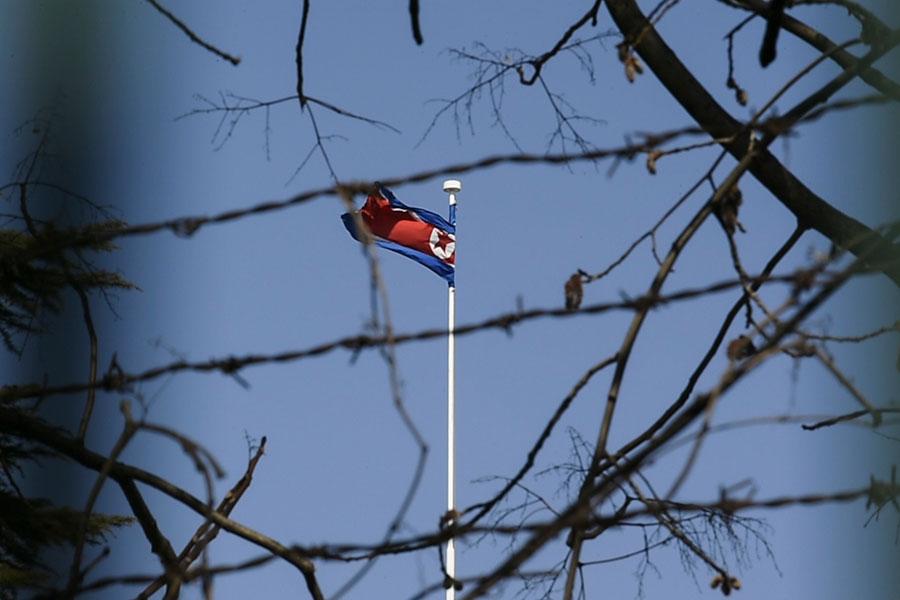去年二月份,網絡罪犯從紐約聯邦儲備銀行的孟加拉國央行帳號上盜竊了8100萬美元,這是有史以來最大的銀行盜竊案之一。美國官員現在懷疑罪魁禍首是北韓。圖為北韓駐北京大使館外面。(FRED DUFOUR/AFP/Getty Images)