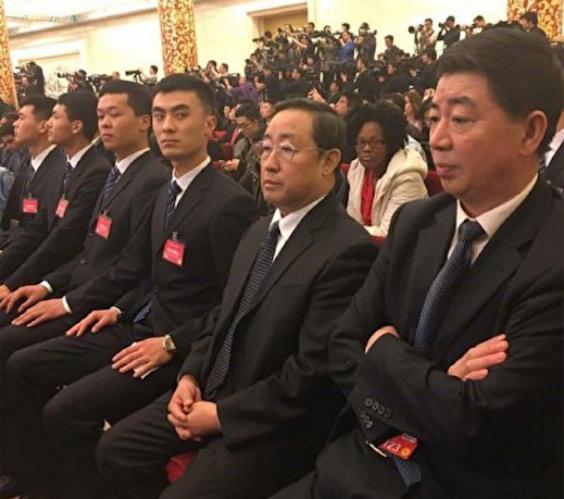 此前被傳出事的中共公安部常務副部長傅政華,3月15日被媒體拍到在李克強記者會上出現,面無表情坐在現場。戴眼鏡者為傅政華。(網絡圖片)