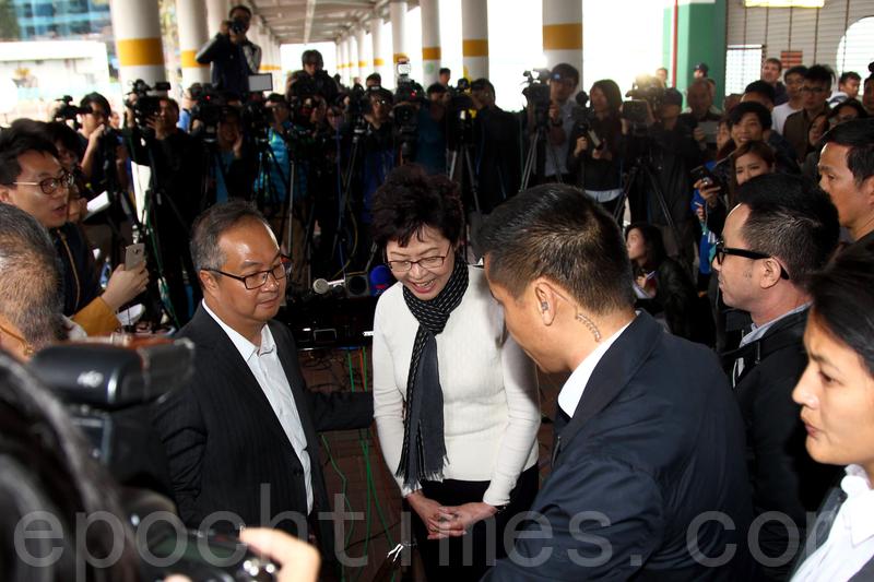 候任行政長官林鄭月娥昨日下午到多個地區接觸市民。(李逸/大紀元)