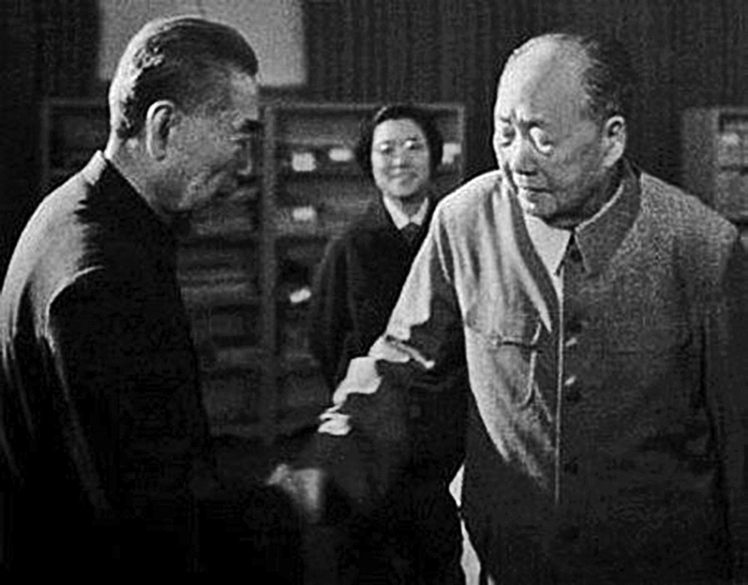 當年作為中共中央專案組的負責人之一紀登奎(圖右)彙報林彪案時,毛澤東 稱周恩來( 圖左)老奸巨猾。( 網絡圖片)