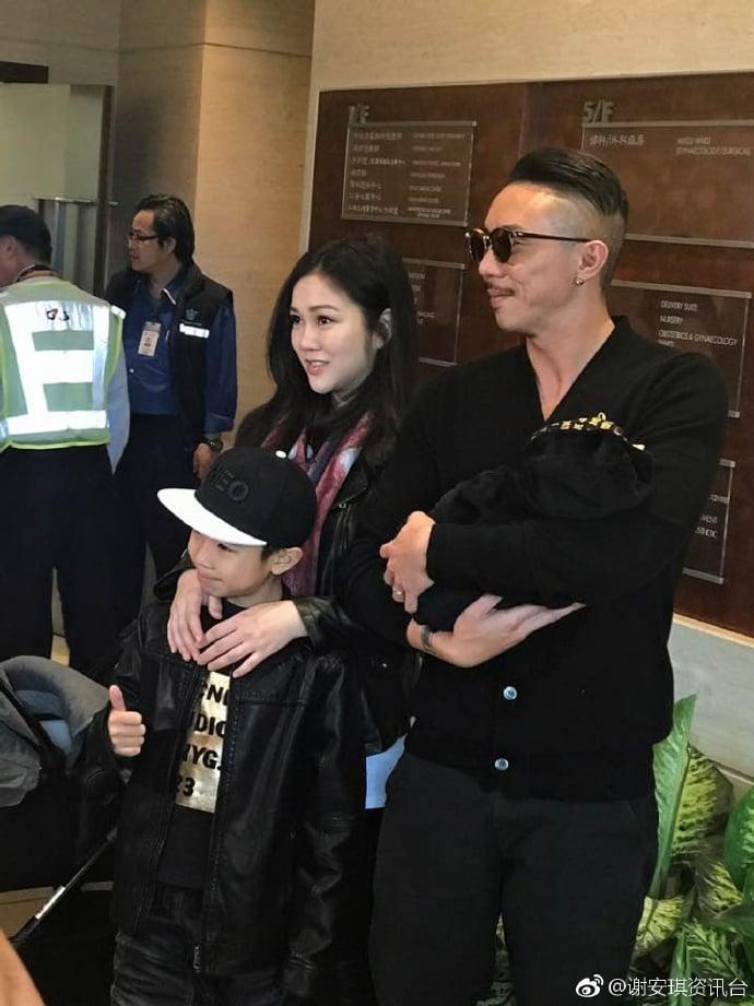 老公張繼聰和囝囝張瞻一起到醫院接太太謝安琪及囡囡張靖出院。(謝安琪微博圖片)