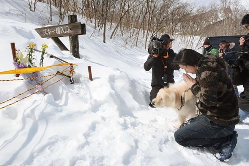 3月27日清晨,位於日本栃木縣那須町的一處滑雪場發生雪崩,7名高中生及1名領隊老師不幸遇難,40人受傷。圖為雪崩現場民眾在哀悼遇難者。(Getty Images)