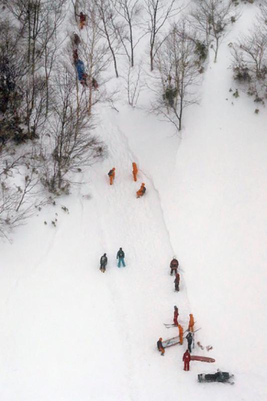 3月27日清晨,位於日本栃木縣那須町的一處滑雪場發生雪崩,7名高中生及1名領隊老師不幸遇難,40人受傷。圖為遇難現場。(Getty Images)