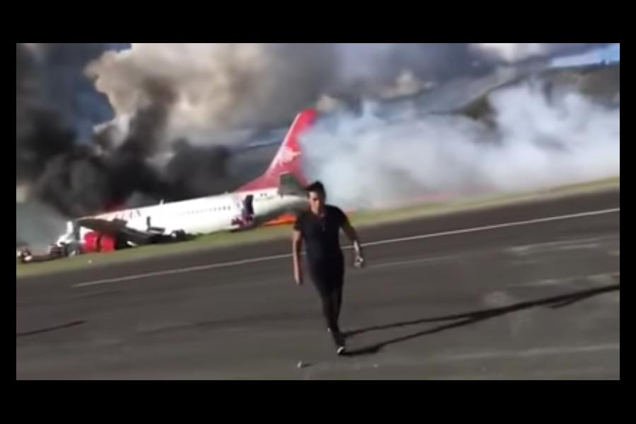 秘魯航空公司一架載有141乘客的波音737客機,在當地時間周二(28日)下午緊急降落時衝出跑道,機身擦地起火燃燒。幸虧機上所有人員及時疏散,沒有造成重大傷亡。不過仍有至少26人在此次事故中受傷。(視像擷圖)