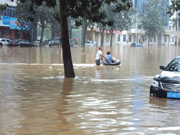 2012年8月4日,颱風襲擊遼寧,僅兩縣至少就有40多人死亡,多人失蹤;但遼寧官方卻說「遼陽縣人創造了奇蹟」。圖為遼寧蓋州受水災一角。(網絡圖片)