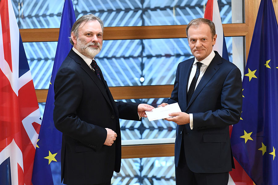 英國駐歐盟大使巴羅今日(29日)親自將宣佈英國退出歐洲聯盟的歷史性信函,遞交給歐洲理事會主席圖斯克(Donald Tusk),宣告英國正式啟動退出歐洲聯盟的程序。(EMMANUEL DUNAND/AFP/Getty Images)