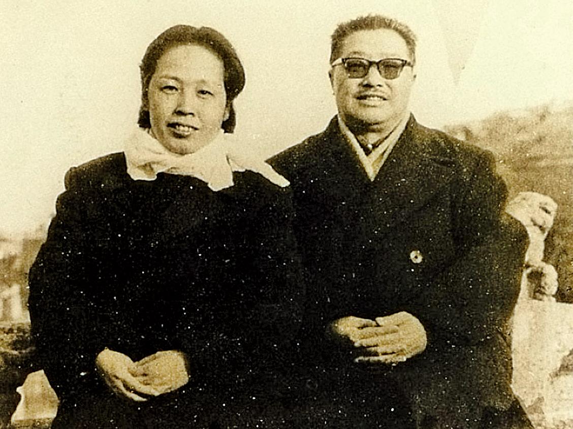 中共官方稱林彪和康生誣陷賀龍推動「二月兵變」,此後賀龍和妻子薛明(圖左)遭紅衛兵批鬥,受到嚴重迫害。(網絡圖片)