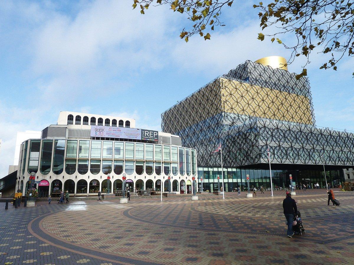 世紀廣場上,位於左側的是伯明翰話劇團劇場Birmingham Repertory Theatre(The Rep),右邊是極具現代感的伯明翰圖書館 Library of Birmingham。(JimmyGuano/維基百科)