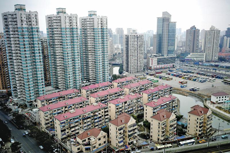 這些天媒體上有關上海北京等一線城市房價脫韁的新聞鋪天蓋地。圖為上海的高樓住宅。(AFP)