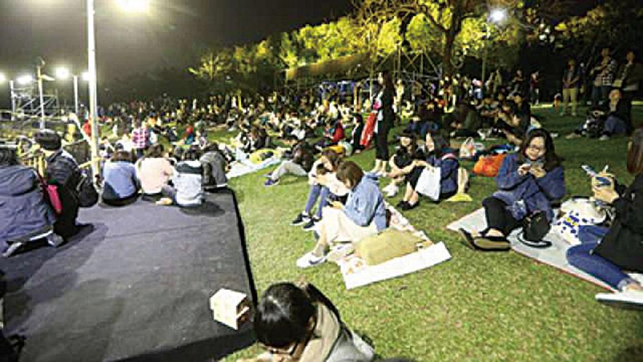 演唱會開唱前一晚,湧現歌迷徹夜等候。(網路圖片)