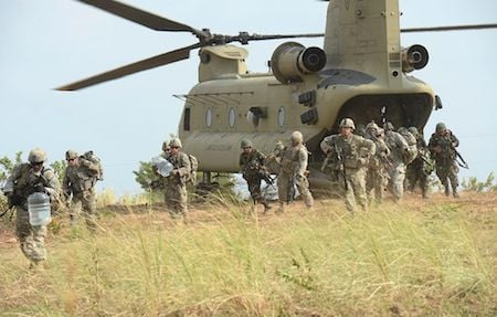2015年4月20日,美軍第5步兵師的第2史特萊克旅級戰鬥隊(2nd Stryker Brigade Combat),在菲律賓的一次空襲演習中,從C47「支奴干」直升機上下來。(TED ALJIBE/AFP/Getty Images)