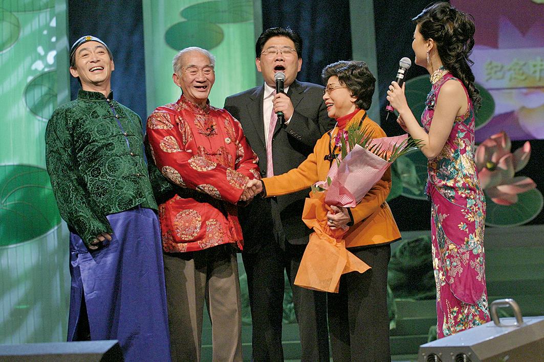 2006年3月27日,紀念中國越劇誕辰100周年電視文藝晚會上,六小齡童(左一)與父親六齡童(左二)同台獻藝。(大紀元資料室)