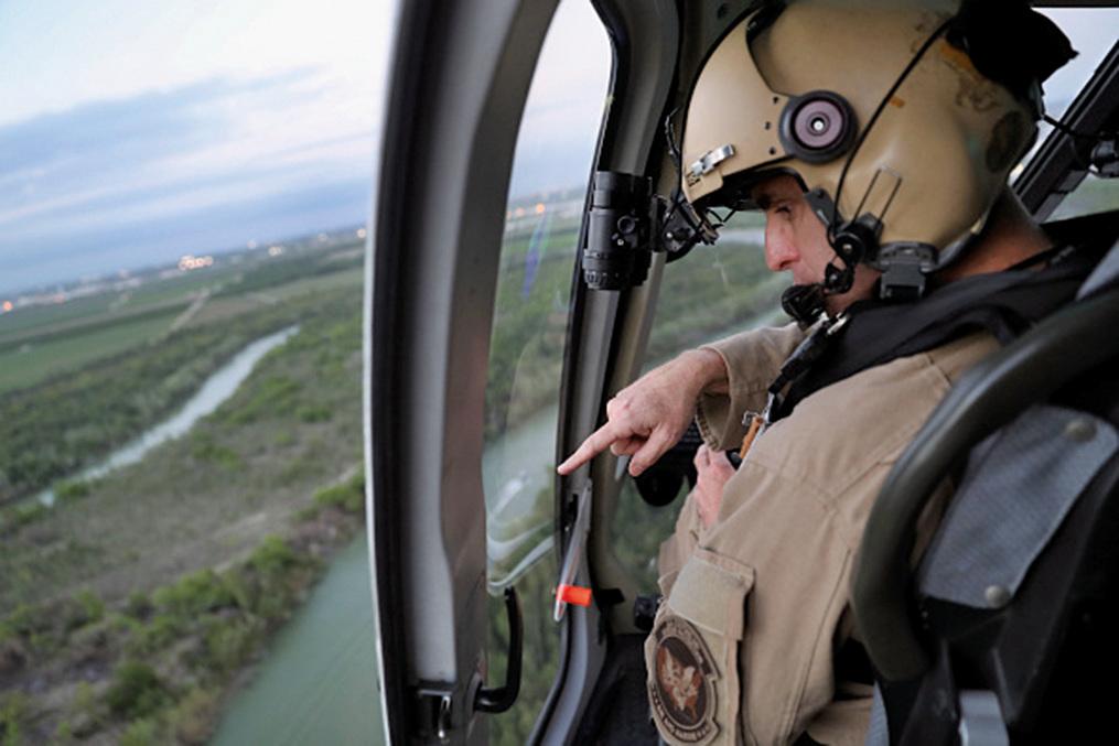2017年3月15日美國海關和邊境保護局(CBP)的直升機飛行員在美墨邊界巡邏,搜查無證移民。(Getty Images)