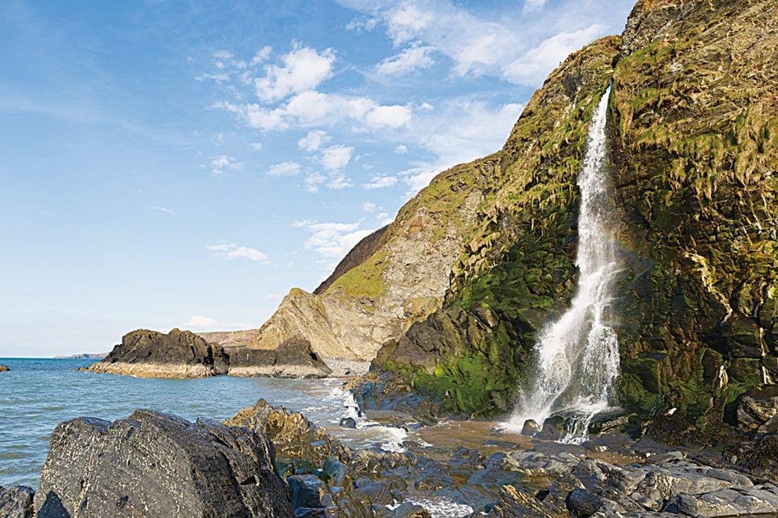 卡迪根海灣(Cardigan Bay) 內的一條瀑布。(antb/depositphotos)