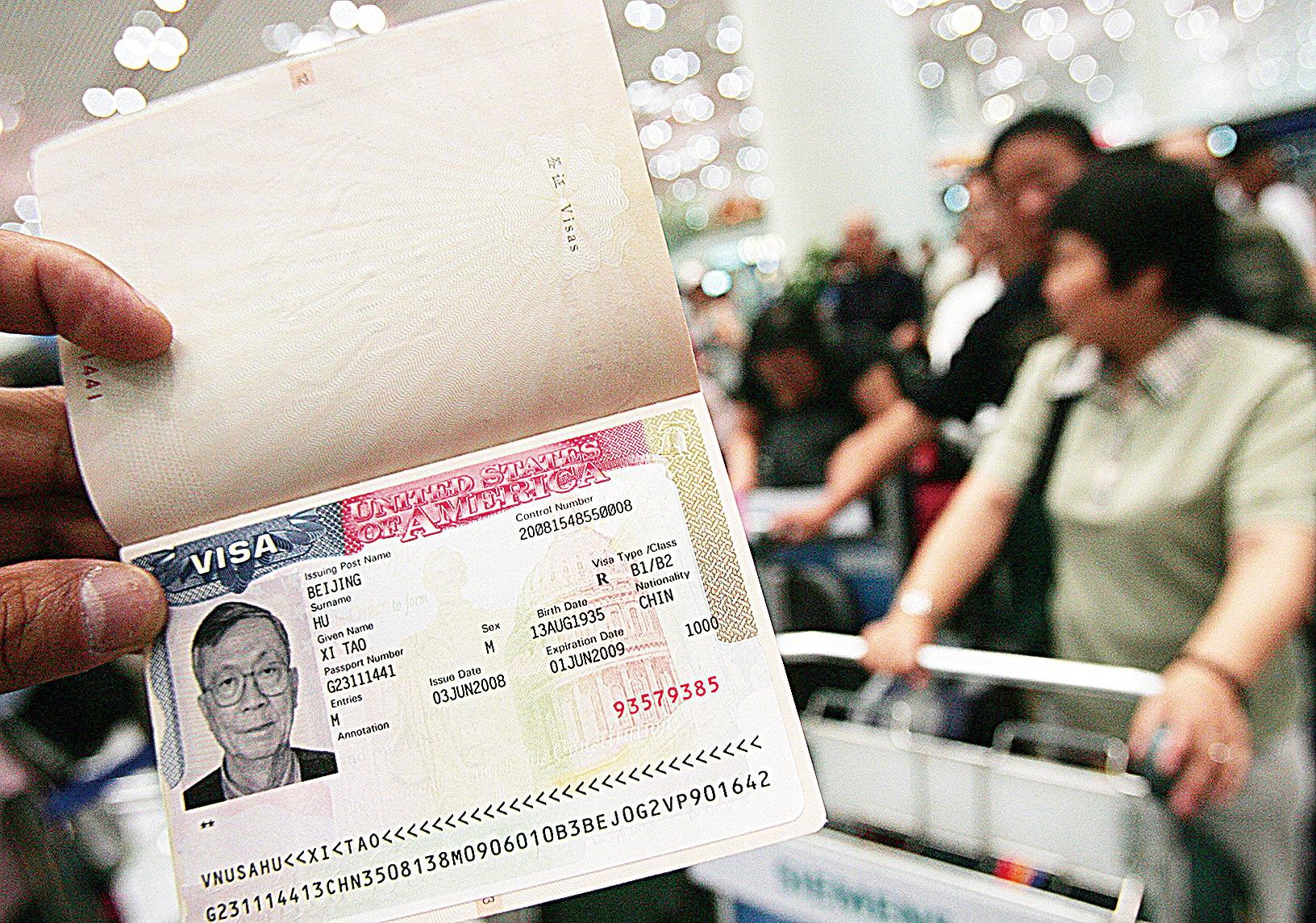 使領館若認為申請人有安全威脅、欺詐或意圖非法滯留,有權拒發簽證。圖為華人展示美國簽證。(Getty Images)