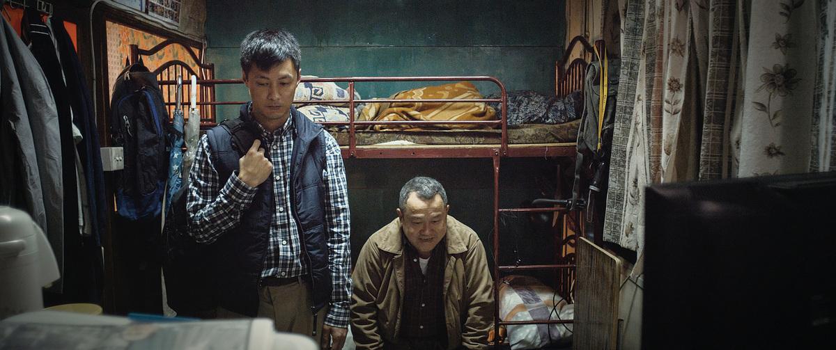 余文樂飾演的阿東被戲中父親曾志偉接到自己的板間房暫住。在狹小的空間中,他們要互相接納對方。
