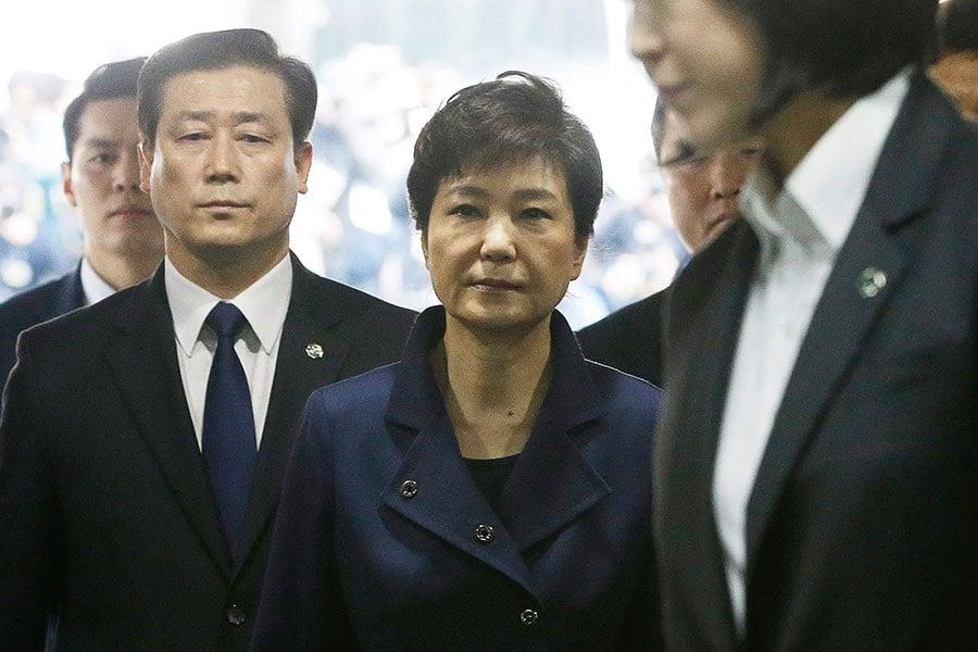 朴槿惠3月30日前往首爾中央地方法院接受審問。(Ahn Young-Joon-Pool-Getty Images)