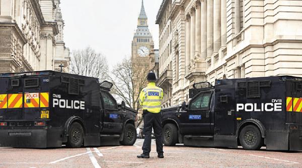 議會大廈恐襲後,重達七噸的裝甲警車出現在議會附近。(NIKLAS HALLE'N/AFP/Getty Images)