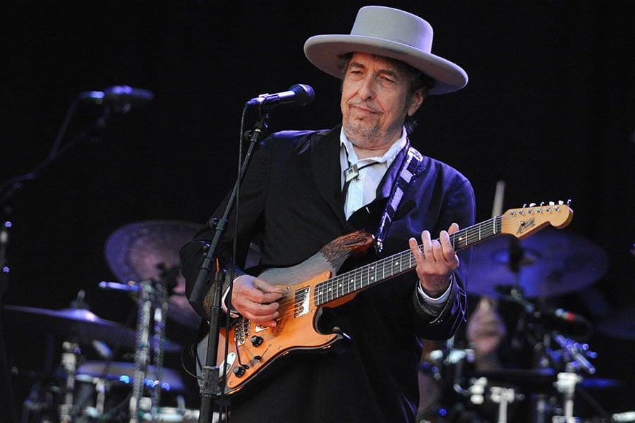 瑞典媒體報道,歷經數個月不確定和爭議後,美國詩人兼歌手巴布狄倫(Bob Dylan)今天終於在與瑞典學院的秘密會晤中,低調領取了2016年諾貝爾文學獎證書和獎牌。(FRED TANNEAU/AFP/GettyImages)
