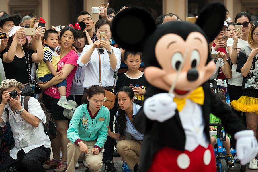 大約300名共產黨員進入中國迪士尼主題公園工作,並且毫不掩飾他們的政治色彩。(JOHANNES EISELE/AFP/Getty Images)