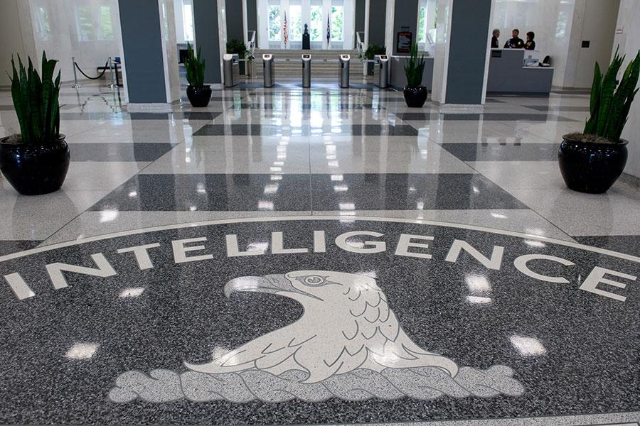 前中央情報局(CIA)人員李春興(Jerry Chun Chun Lee)涉嫌向中共政府提供美國情報人員情況的資料,被正式起訴。圖為美國維珍尼亞州蘭利CIA總部大樓內大廳。(SAUL LOEB/AFP/Getty Images)