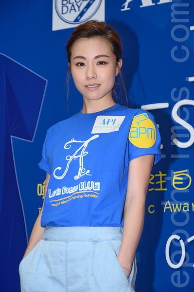 鄧麗欣穿藍衣呼籲大眾關注自閉症兒童。(宋碧龍╱大紀元)