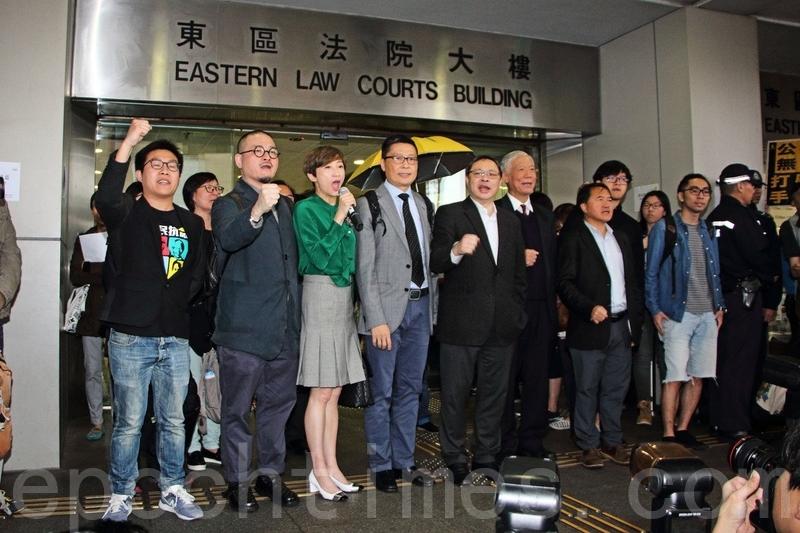 「佔中三子」等9人,早前被控公眾妨擾罪,昨日在東區法院提堂,他們在庭外強調永不放棄爭取真普選。(蔡雯文/大紀元)