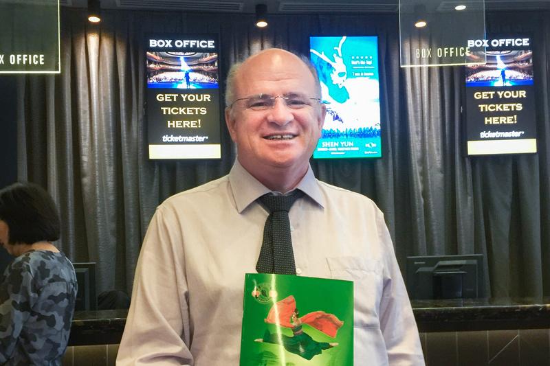 2017年4月1日周六下午,前悉尼帕拉馬塔市議員Andrew Wilson第四年追看神韻。(駱亞/大紀元)