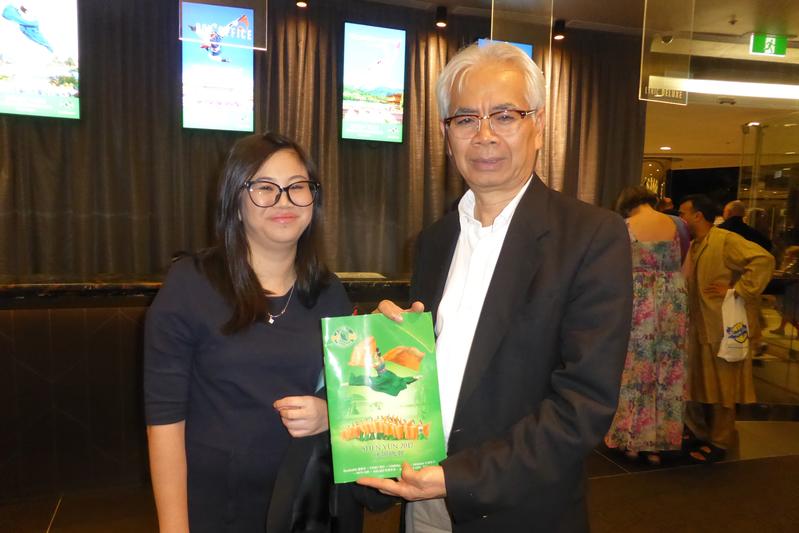 2017年4月1日周六晚,越裔老闆Pont Tasakoo和做會計師的女兒Jennifer Tasakoo對神韻藝術讚賞不已。(袁麗/大紀元)
