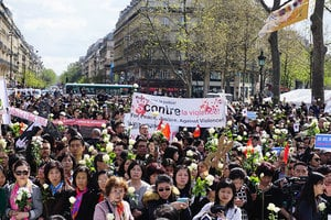 巴黎六千華人集會悼念劉少堯