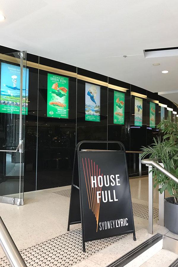 2017神韻悉尼巡演感動悉尼人,4月2日下午最後一場演出加座後門票全部售罄,Lyric Theatre 擺出「售罄」的告示板。(Belinda Pan/大紀元)